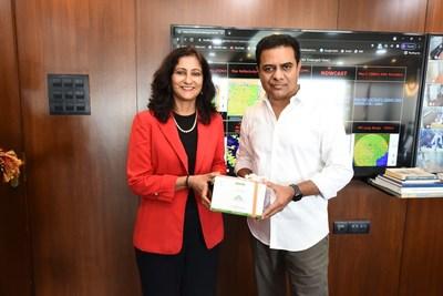 Anu Acharya, fundadora y directora ejecutiva de Mapmygenome (izquierda) y K.T.Rama Rao, ministro de Administración Municipal y Desarrollo Urbano, Industrias y Comercio y Tecnología de la Información de Telangana (derecha). (PRNewsfoto/Zymo Research Corp.)